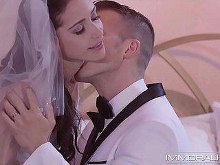 Fröhliche japanische Braut bekommt in ihrer Hochzeitsnacht einen Gangbang und Bukkake